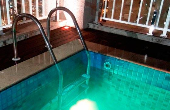 Como escolher a escada ideal para a sua piscina?<